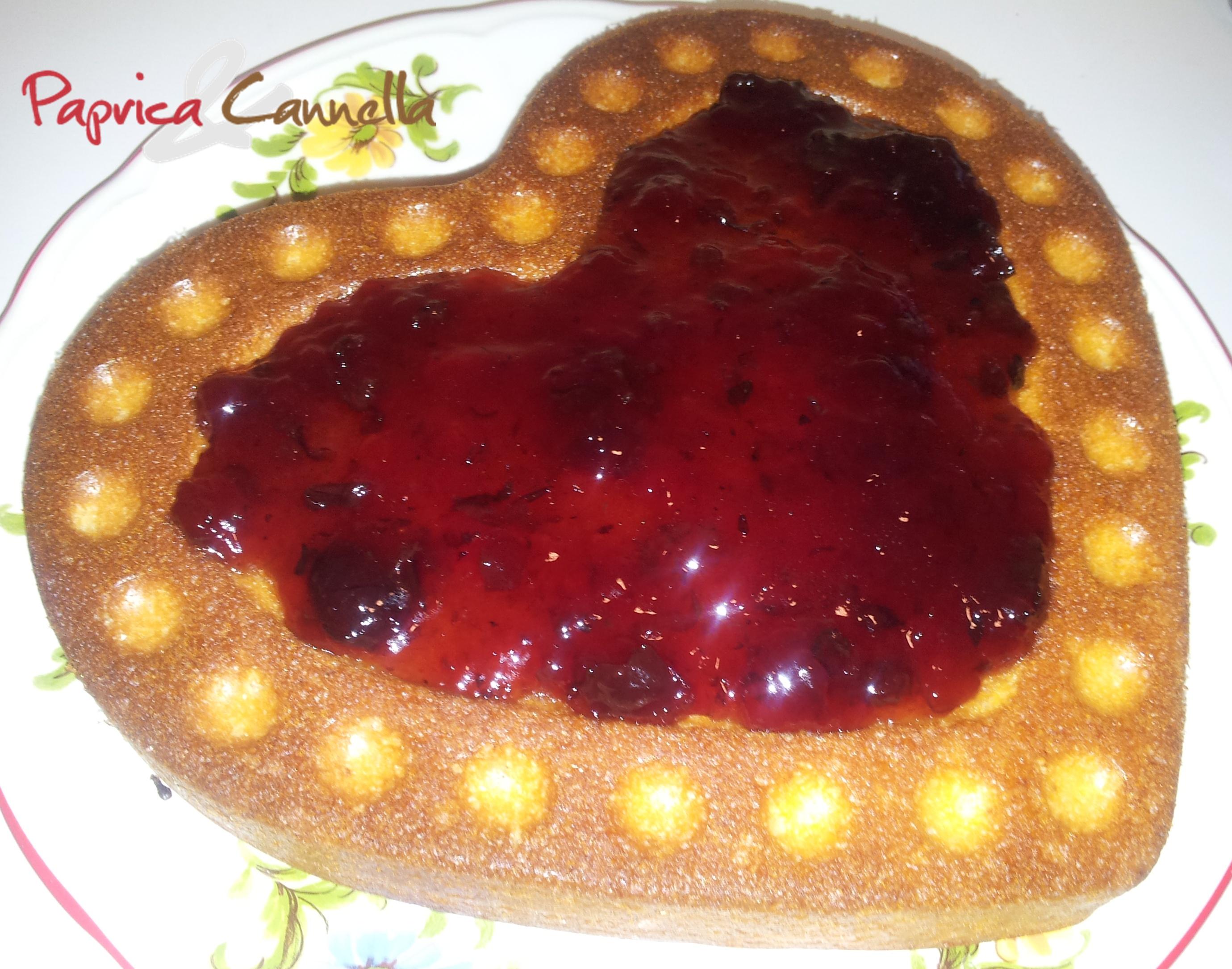 Torta ricoperta di marmellata alle ciliegie