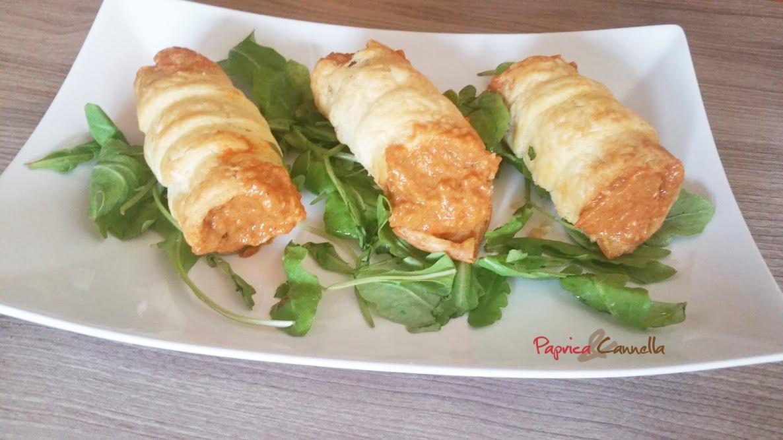 Cannoli di pasta sfoglia ripieni di crema di peperoni